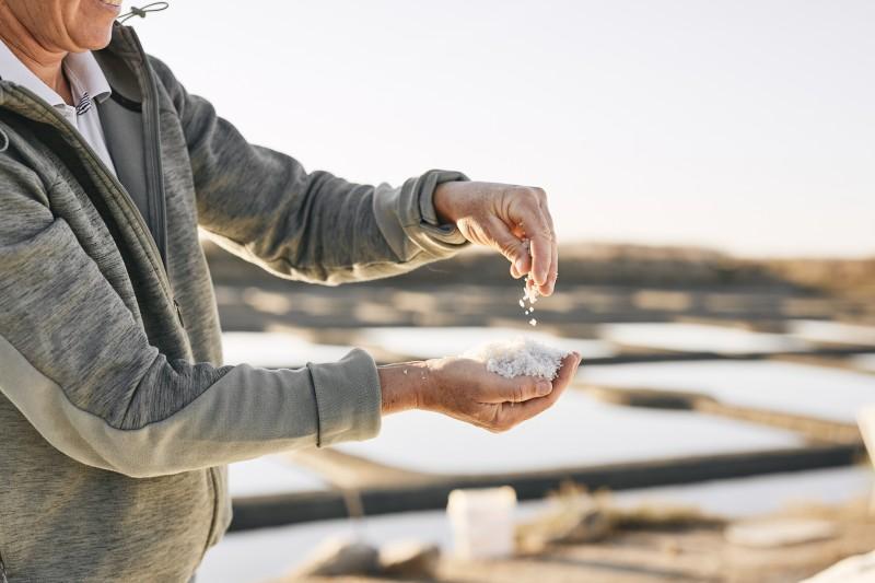 Marais salants de Guérande - paludier qui récolte le sel